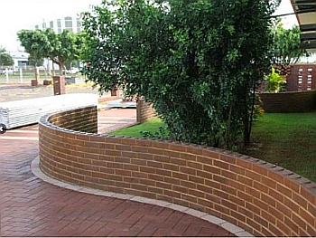 Кирпичная стена в ландшафтном дизайне.