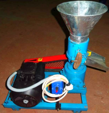 Гранулятор перерабатывает состав комбикорма.