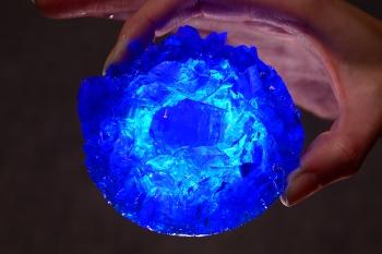 Синий кристалл из медного купороса.