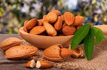 Миндальные орехи в блюде.