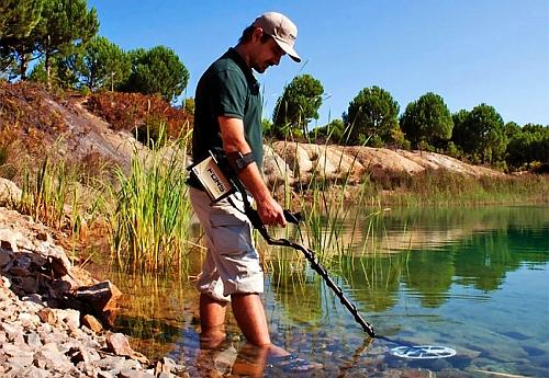 Поиск самородков в реке детектором.