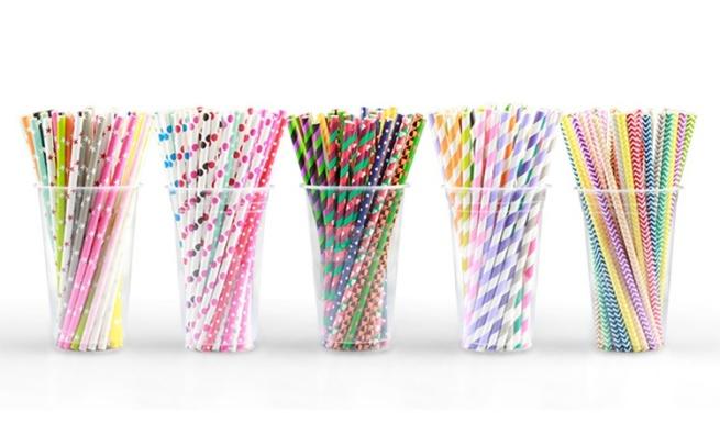Коллекция одноразовых соломинок из бумаги.