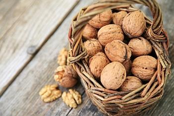Орехи на ореховом столе.